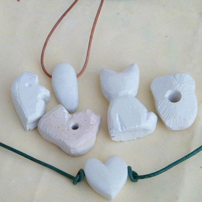 """Speckstein Figuren (Idee mit Anleitung – Klick auf """"Besuchen""""!) - Größere Mädchen können sich ein schönes Amulett mit einer Specksteinfigur basteln - eine sehr schicke Erinnerung an den Geburtstag!"""