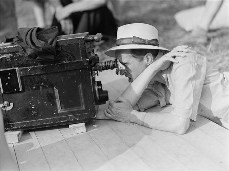 René Clair sur le tournage de son film Air pur (1939). Photo : Sam Lévin