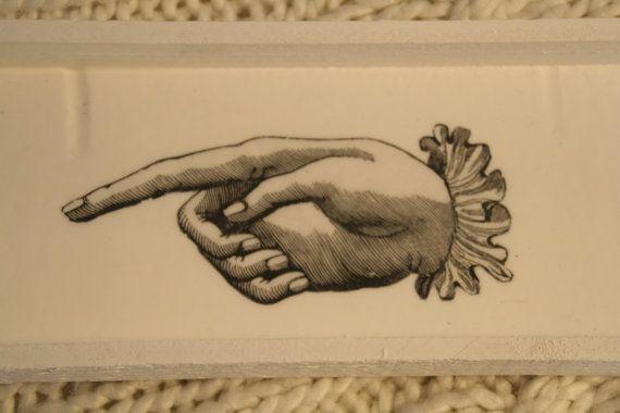 Vassoio rustico dispirazione Shabby-Country Chic, realizzato con legno grezzo molto leggero di recupero, che lo rende adatto ad essere