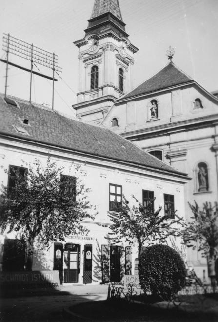 Városház tér, balra a Hiemer-ház, mögötte a Szent Imre-templom.