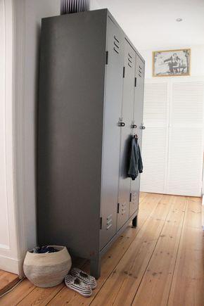 metallspind im flur alter spint mit 3 tren in grau - Schlafzimmerideen Des Mannes Grau