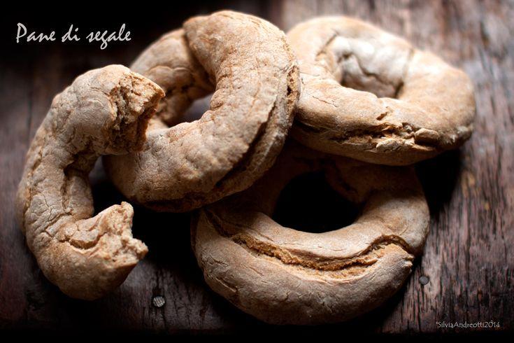 Il pane di segale un pane tradizionale delle zone montane del nord Italia e del nord Europa. Scopri la ricetta per prepararlo in casa