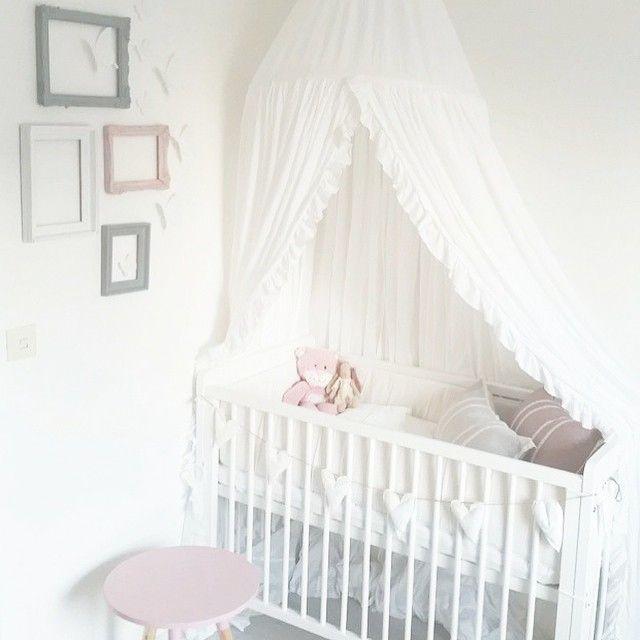 Ramarna på väggen.. Helt galet fint. Ska minnas den detaljen till dotterns framtida rum. Vi var på visning i måndags och håller tummar och tår för att lägenheten ska bli vår. Vi får svar på fredag eller i början av nästa vecka.  credit: @svenssonsusanne ☺️ #barnrum #inspo #inredning #kidsroom #barnkläder #inspiration  #kidsinterior #kidsroom #barnrumsinredning #playroom #kidsinspo #barnerom #lekrum #kidsdeco #spjälsäng #sänghimmel