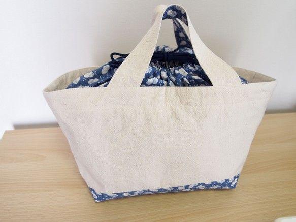 横28・縦16・マチ18㎝巾着付きトートバッグです。マチも大きく口も広いので、容量たっぷり。表は綿麻、裏は綿のとても軽いバッグです。裏・巾着部・底が共布です。 ハンドメイド、手作り、手仕事品の通販・販売・購入ならCreema。