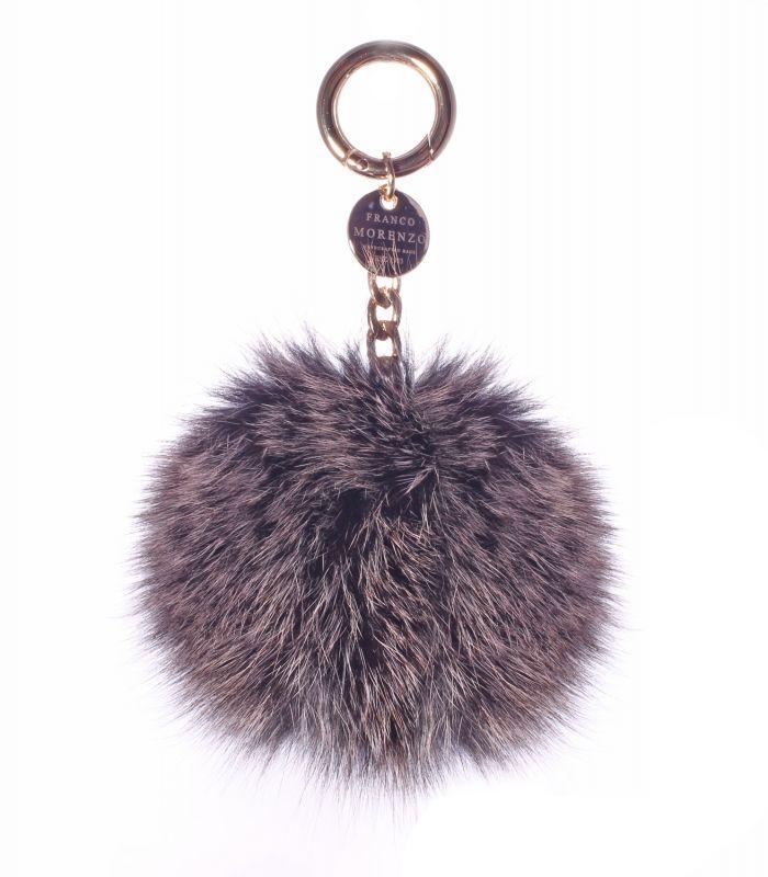 Brelok wykonany z futra lisa o średnicy ok.12 cm. Z metalowym karabińczykiem. Doskonały dodatek do kluczy lub do torebek. Brelok dostępny w wielu kolorach, zapytaj o swój ulubiony: biuro@francomorenzo.com