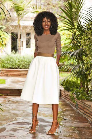 Long Sleeve Tee   White Midi Skirt  : Es difícil ponerse una falda blanca, pero esta combinación es fascinante.