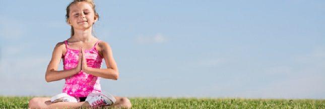Le yoga est une activité relaxante qui peut être aussi pratiquée avec les enfants. Voici cinq postures qui permettront de pratiquer ensemble le yoga.