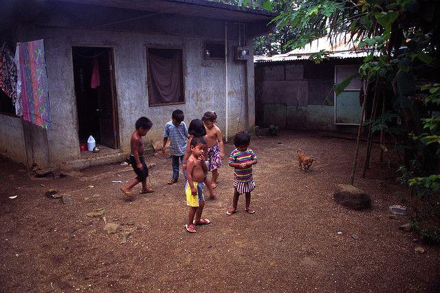 Crianças brincam em Pohnpei, nos Estados  Federados da Micronésia.  Fotografia: mrlins no Flickr.
