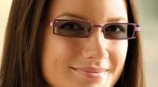 Transitions VI   Lentile fotocromice mai performate ca niciodată     Lentilele Transitions VI sunt lentile fotocromice care oferă o vedere perfectă în orice situaţie.    În interior, lentilele oferă o claritate perfectă şi sunt aproape transparente.    În exterior, la soare, lentilele devin la fel de închise ca lentilele de soare de categoria 3, pentru o protecţie sporită. Adaptarea se face rapid.