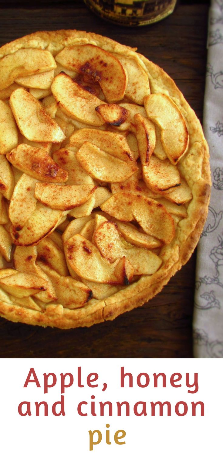 Apple, honey and cinnamon pie | Food From Portugal. A mouth-watering pie, with excellent decoration, caramelized apple in honey and flavored with cinnamon. #recipe #pie #apple #honey #cinnamon