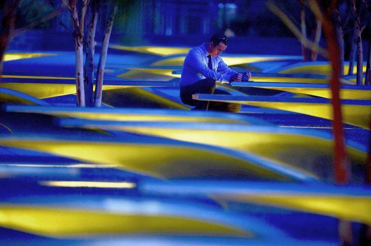 11.09 Cet homme prend des photos au mémorial du 11 septembre, avant le lever du soleil, aux Etats-Unis.Photo: AFP/Paul J. Richards