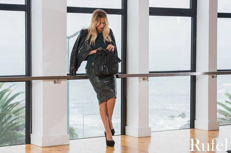 Mariana Monteiro. Vestido e estola She. #Shebymicaelaoliveira #marianamonteiro