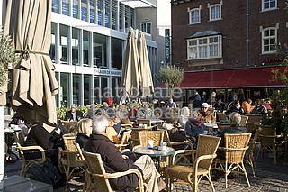 De terrassen op de Oude Markt. In de volksmond wordt dit plein de Zoepkoel genoemd.