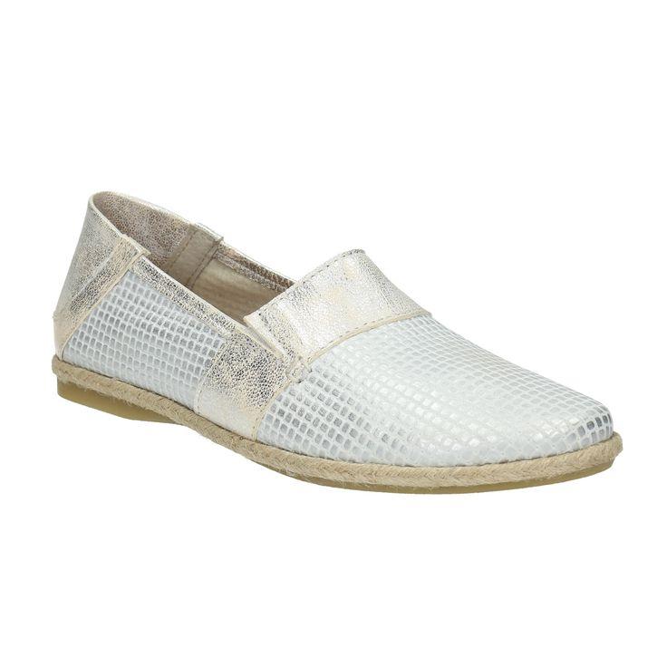 Dámska obuv v štýle Slip-on na prvý pohľad upúta svojím zvrškom z kože, ktorý v sebe kombinuje zaujímavé štruktúry s kovovými odleskami. Stielka a podšívka sú tiež kožené, čo prispieva k celodennému komfortu Vašich chodidiel. Tento model znosíte k preloženým Slim nohaviciam a tričku s originálnym nápisom aj k puzdrovej sukni a elegantnej košeli.