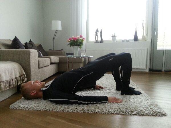 Bra övning för att stärka höfterna, nedre ryggen och skinkorna. En av de bästa övningarna för att förhindra löparknä. Ifall man behöver mer effekt kan man ta och lyfta ett ben i luften och sakta lyfta kroppen upp och ner med det ben man har i marken.