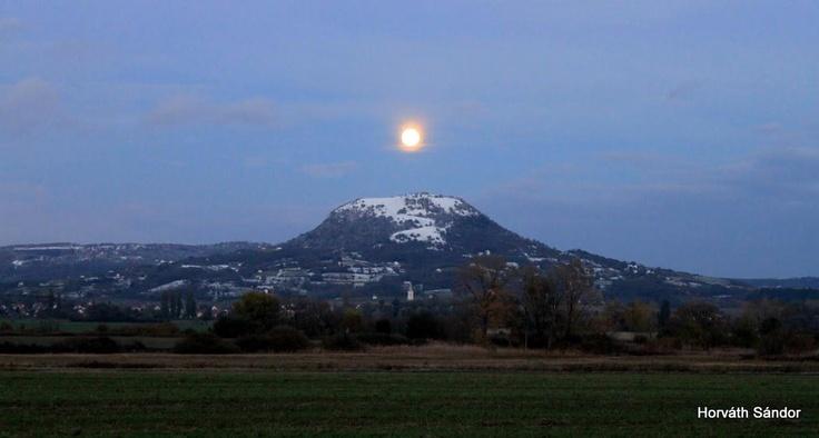 Érdekes földi együttállás! Telihold,Gyulaffi vár,Csobánc hegy és a templom.