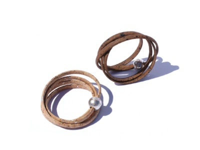 Cork string with zamac magnetic closure. Available in natural and dark brown colours.