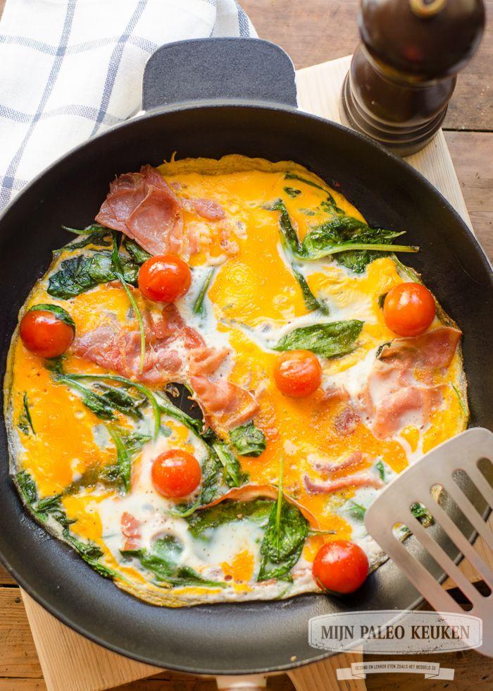 Begin je dag goed door lekker wat groene groenten ook bij je ontbijt te eten :-) dit spiegelei met spinazie, tomaat en spek is daar perfect voor.