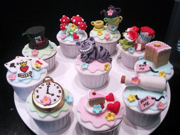 The complete set of Alice In Wonderland cupcakes!
