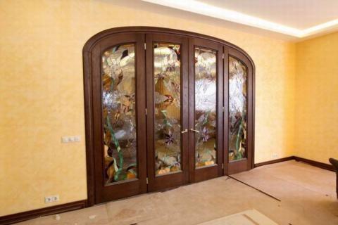 Межкомнатная арочная дверь с витражом