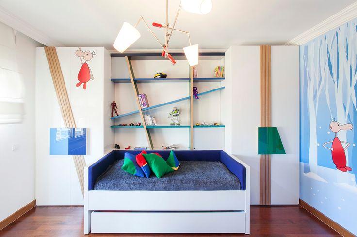 Детские шкафы для одежды: хитрости дизайна и полезные лайфхаки по организации вещей http://happymodern.ru/detskie-shkafy-dlya-odezhdy-45-foto-kakimi-oni-dolzhny-byt/ Симметричные детские шкафы для одежды и необычная система настенных полок