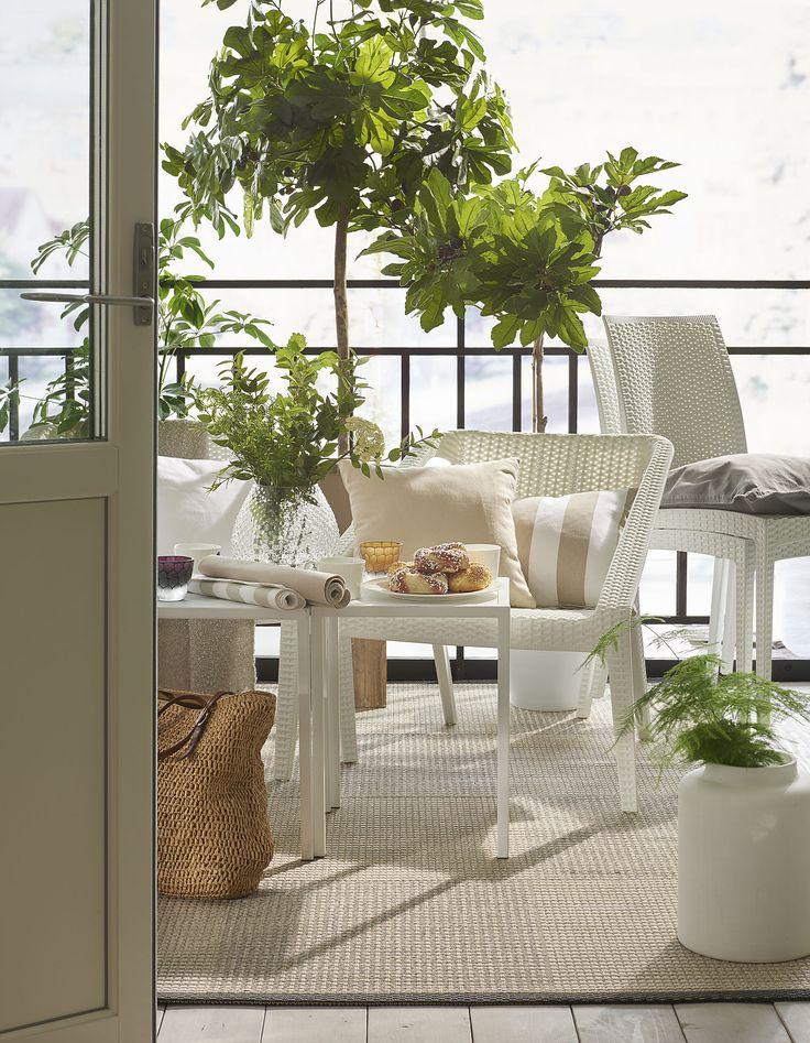 Skapa din lilla uteplats med naturens färger och låt de gröna inslagen i form av växtlighet ta plats.