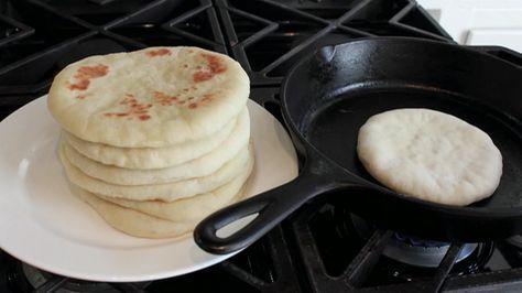 Aprende a hacer auténtico pan de pita casero No hay nada más delicioso que un suave y delicado pan de pita casero. Aprende cómo hacerlo fácilmente con esta receta. Ingredientes: Para cocinar 8 panes de pita necesitarás: 1 paquete de levadura en polvo 1 taza de agua templada 3 tazas de harina 1 cucharada y media de aceite ...