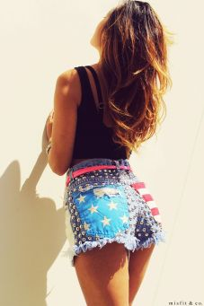 Short intervenido con tachas y en los bolsillos traseros tiene el diseño de USA.