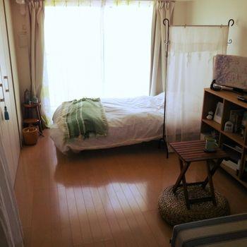 パーテーションの使い方が見事!ベッド全体を区切ると部屋が窮屈になりますが、このサイズならベッドルームとリビングを違和感なく分けられますね。