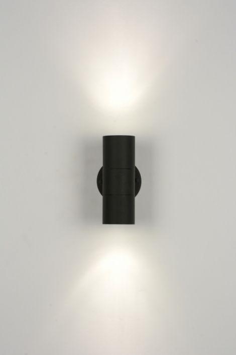ART 71571 Een mat zwarte wandlamp - badkamerlamp - buitenlamp, met onder- en bovenverlichting. Deze metalen lamp is geschikt voor 2 spotlampen die het licht ver uit het armatuur laten schijnen. Het armatuur wordt aan beide kanten afgesloten door helder glas. Dit glas heeft een kleine matte rand aan de buitenrand. http://www.rietveldlicht.nl/artikel/wandlamp-71571-modern-metaal-zwart-mat-rond
