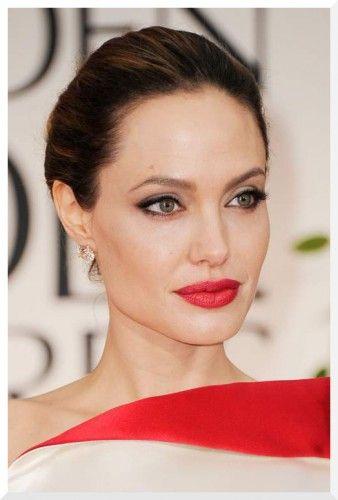 2012  Κόκκινα χείλη, γατίσια μάτια και η πιο sexy γυναίκα του κόσμου έλαμπε μέσα στην Atelier Versace τουαλέτα της. Να παρατηρήσουμε εδώ πως το χρώμα στα χείλη της είναι πανομοιότυπο με αυτό του φορέματος. Τέλεια.