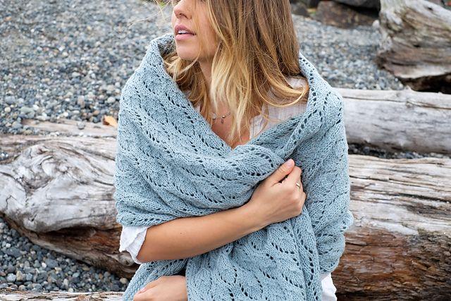 Langt, bredt og blødt sjal til at svøbe sig i. Det er ikke svært at strikke. Mønstret er klassisk og ligner muslingeskaller. Her strikket i 100 % uld på pinde 5½. Læs mere ...