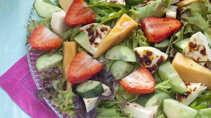 Juustoleipä-melonisalaatti sopii vaikkapa noutopöydän tarjottavaksi tai juhlavaksi alkuruoaksi.