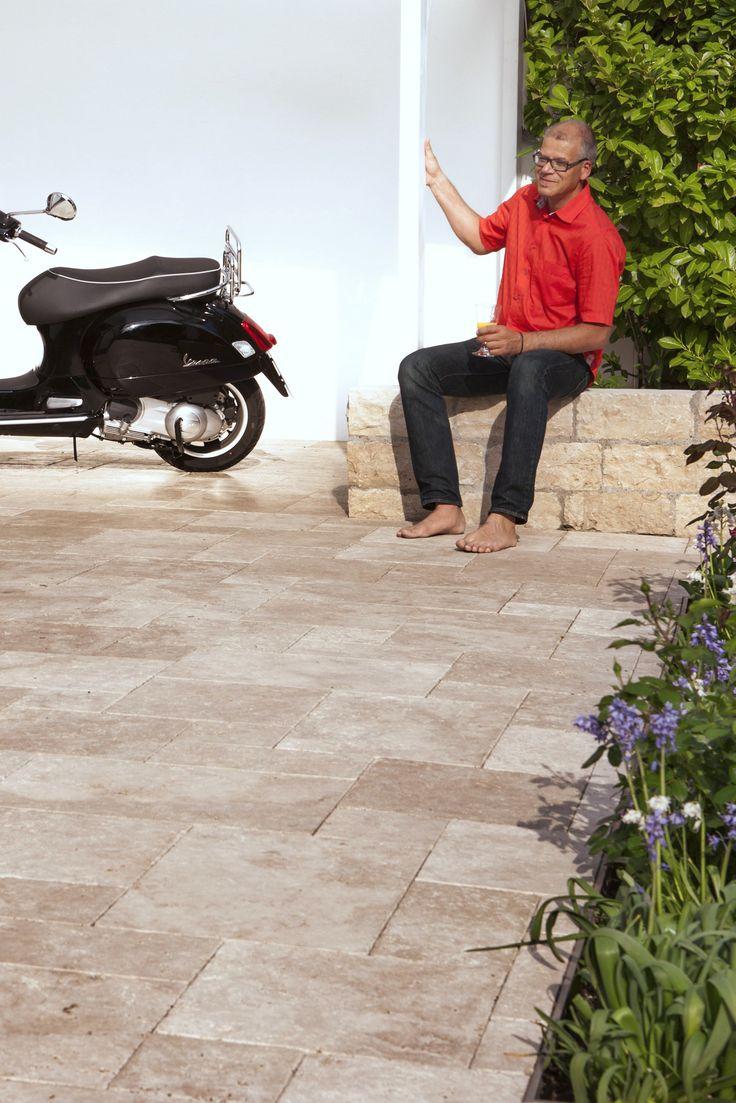 La dolce vita: Mediterrane Terrasse mit Terrassenplatten aus #Travertin #terrassengestaltung