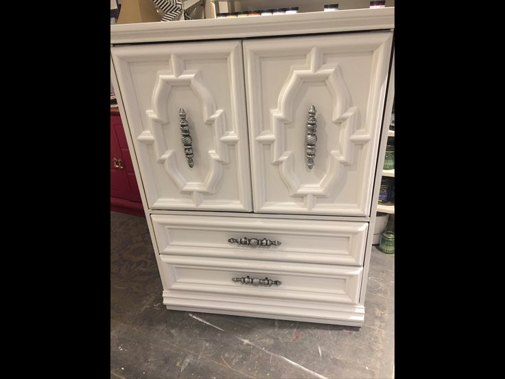 Chest in pure white and clear wax chalkpaint™ by Annie Sloan. Handles are silver gilded