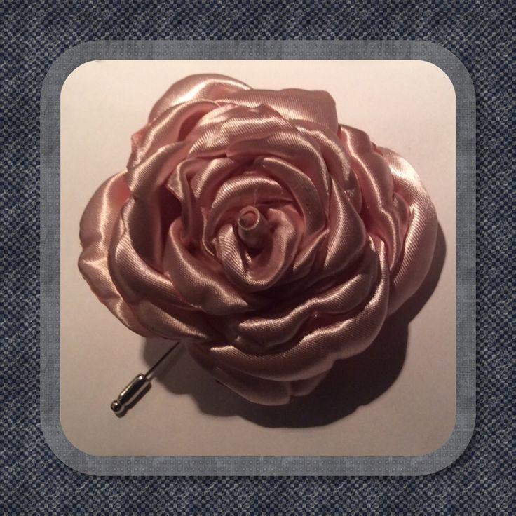 Lapel flower van made by J. Satijn en opgebouwd uit uit blaadjes op pin. https://www.facebook.com/MadebyJ.info