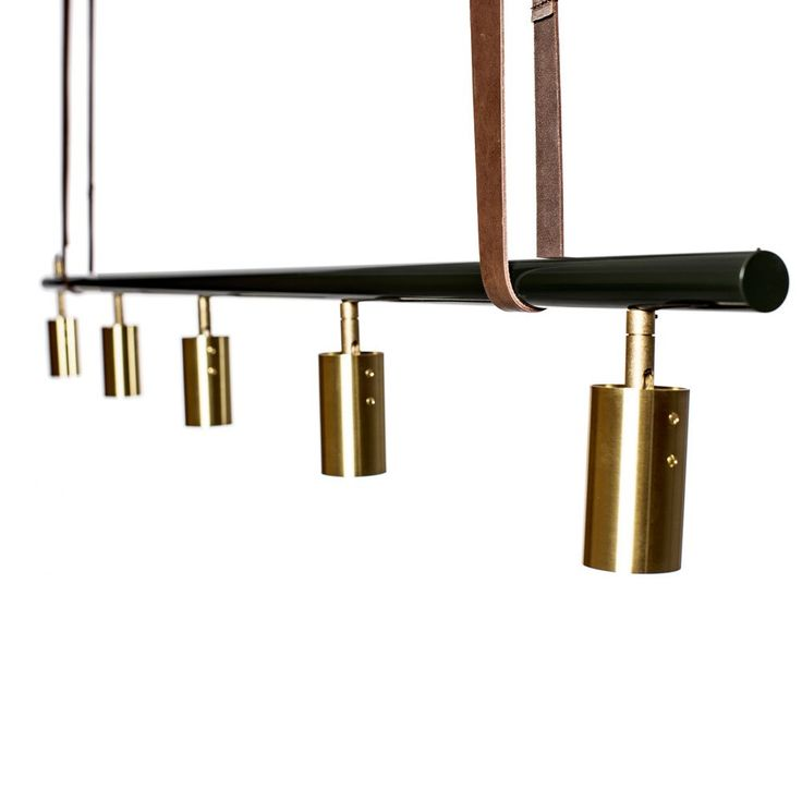 Long John, taklampa från RUBN formgiven av Niclas Hoflin. Long John går att få antingen pulverlackerad i svart eller vitt eller helt i mässing. Taklampan har eleganta spotlights i mässing. Varje spotlight kan vinklas upp till ca 40° och kan roteras 360° runt sitt eget fäste. Detta ger en dynamisk lampa där du enkelt riktar ljuset efter dina egna önskemål. Long John är utrustad med den senaste LED-tekniken vilket gör att den går att dimma. Köp gärna till de rustika remmarna av läder för att…