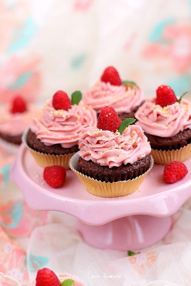 Cupcakes cu ciocolata si crema de zmeura reteta. Cupcakes cu zmeura. Reteta crema de zmeura. Ingrediente si preparare cupcakes ciocolata si zmeura.