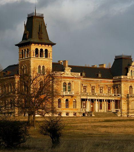Kégl-kastély, Székesfehérvár A Csalapusztán álló Kégl-kastély Fejér megye leglátványosabb kastélya. A neoreneszánsz csodát a 19. században építették fel. Mára állapota jelentősen leromlott, felújításra szorul, azonban talán épp ez adja romantikus voltát.