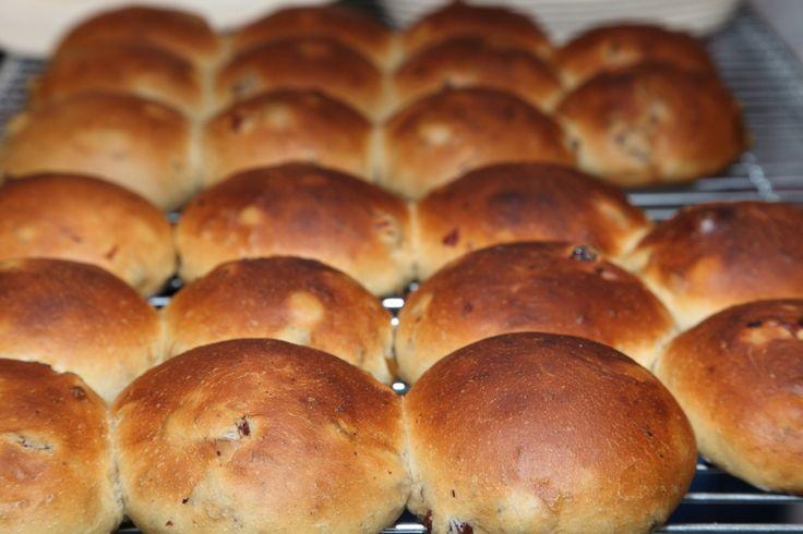 Recipe for Raisin Buns / Krentenbollen – Weekend Bakery