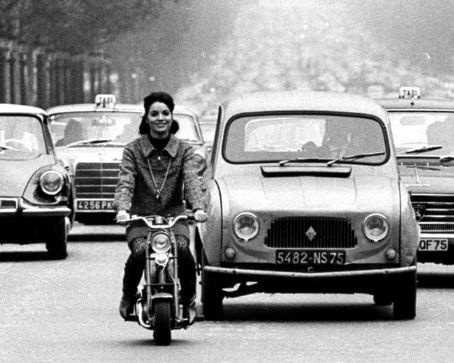 Elsa Martinelli through traffic on a Honda Monkey CZ100