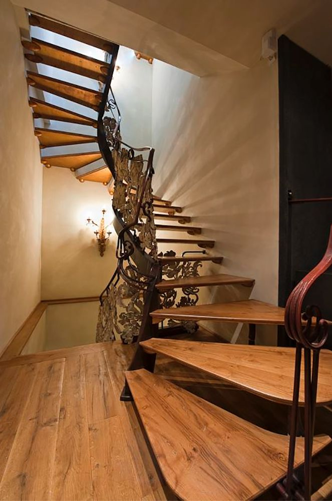 Rear Staircase to Lower Level