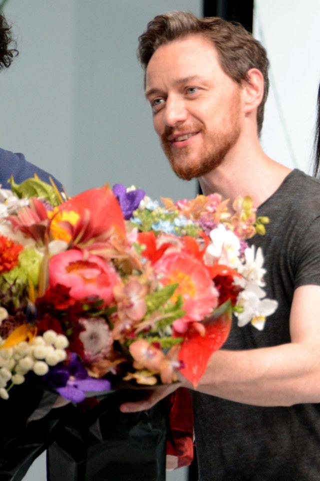 花束を受け取るジェームズ・マカヴォイ。