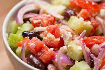 Prepare um jantar light com esta salada de tomate, pepino e queijo feta