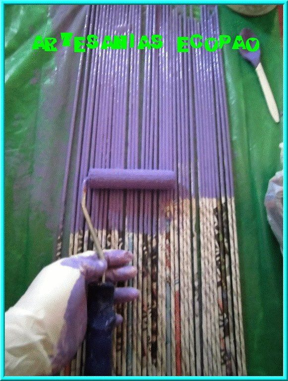 Pintando rollitos de papel, para trabajar cesteria