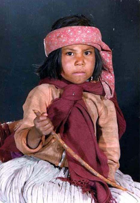 N.... Niña Tarahumara, los Tarahumaras o Rarámuris son un pueblo nativo de México, asentado en territorio del estado de Chihuahua.