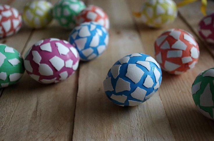 Skořápková velikonoční vajíčka - Vajíčka jsme obarvili a přilepili na ně bílé skořápky z jiného vajíčka. Je to velmi jednoduché a vypadá to nakonec velmi efektně. ( DIY, Hobby, Crafts, Homemade, Handmade, Creative, Ideas)