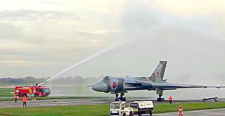 Avro Vulcan taxies for the last time 2015.