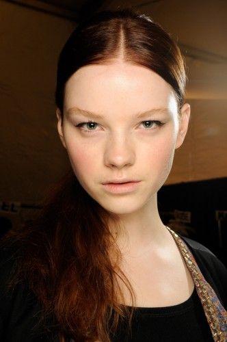 Η ΧΑΛΑΣΜΕΝΗ ΚΟΤΣΙΔΑ ΓΙΑΤΙ: Τραβώντας τα μαλλιά μακριά από το πρόσωπο, θα κρύψετε τα σημάδια λιπαρότητας.  ΠΩΣ ΘΑ ΤΟ ΠΕΤΥΧΕΤΕ: Χρησιμοποιήστε ένα ψαλίδι για μπούκλες σε ορισμένες, διάσπαρτες τούφες, για όγκο και παιχνίδισμα.  Διαλέξτε πώς θέλετε να τοποθετήσετε την κοτσίδα σας (ψηλά, χαμηλά, στο πλάι) και ασφαλίστε με ένα διάφανο λαστιχάκι, το οποίο θα τυλίξετε με μια τούφα από τα μαλλιά σας.  Δώστε υφή στην άκρη της κοτσίδας, χρησιμοποιώντας ένα spray με αλατόνερο, για πιο «χαλασμένο» εφέ.