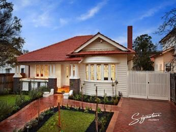 Weatherboard californian bungalow house exterior with bay windows & landscaped garden - House Facade photo 527029